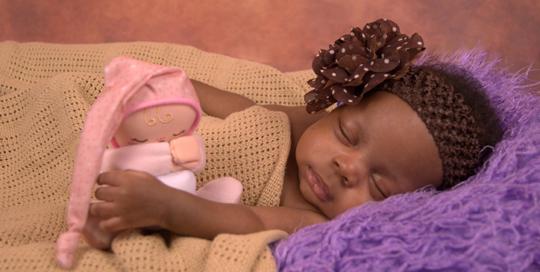photo-naissance-bebe-fille-noire-doudou-couverture